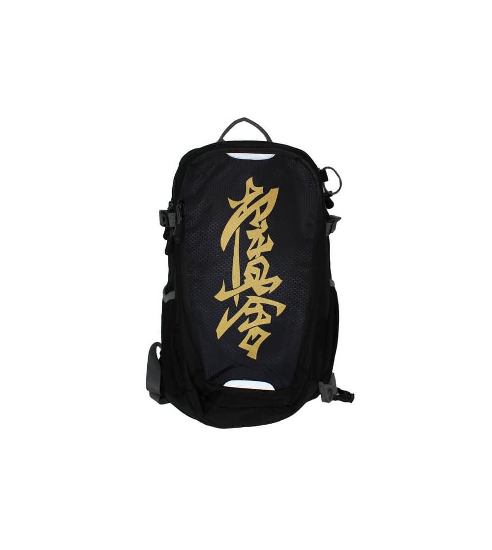 Mochila Kyokushin en color negro y kanji en oro. Refuerzo y acolchado en espalda. Bushi Sport es tu tienda de Artes Marciales.